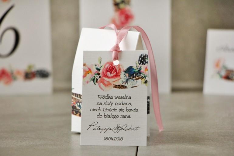 Zawieszka na butelkę, Wódka weselna, ślub - Pistacjowe nr 16 - W stylu boho z piórami i różowymi kwiatami