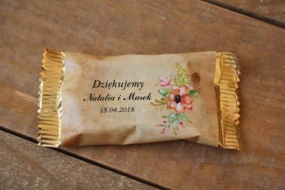 Kwiatowe, boho Ślubne Czekoladki w stylistyce rustykalnej. Ślubne czekoladki to słodki upominek dla gości weselnych