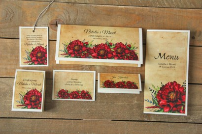 Zestaw próbny zaproszeń ślubnych rustykalnych z bordowymi piwoniami.