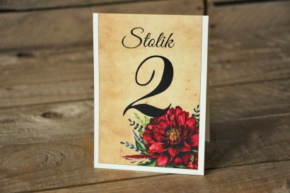 Rustykalne Ślubne numery stolików weselnych z bordowymi piwoniami - Karmelowe nr 6