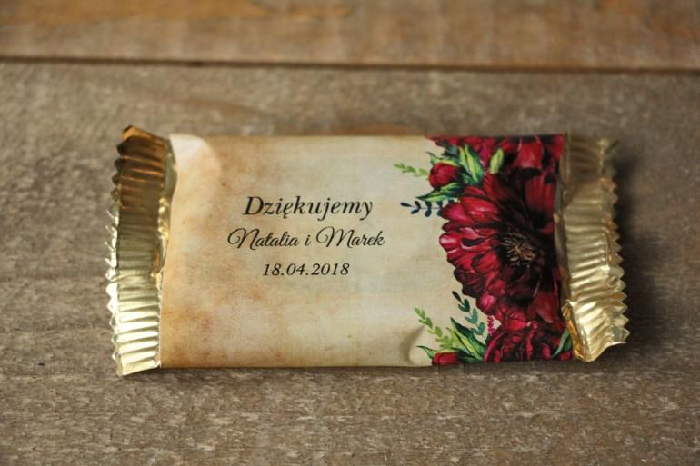 Rustykalne Ślubne Czekoladki z bordowymi piwoniami. Ślubne czekoladki to słodki upominek dla gości weselnych - Karmelowe nr 6