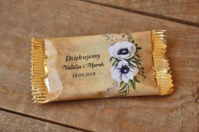 Rustykalne Ślubne Czekoladki z białymi zawilcami (anemonami). Ślubne czekoladki to słodki upominek dla gości weselnych