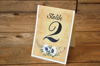 Rustykalne Ślubne numery stolików weselnych z białymi zawilcami (anemonami) - Karmelowe nr 7