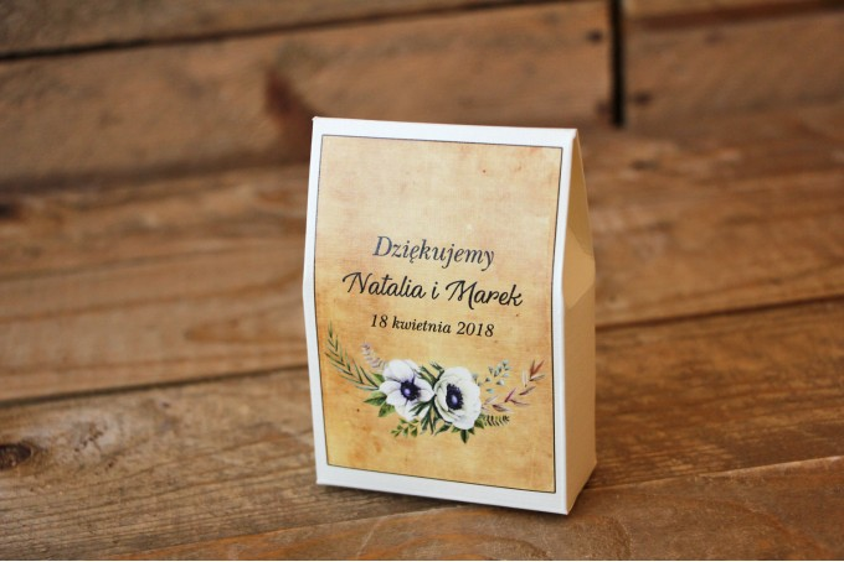 Rustykalne Ślubne pudełeczka na słodkości dla gości weselnych z białymi zawilcami (anemonami) - Karmelowe nr 7