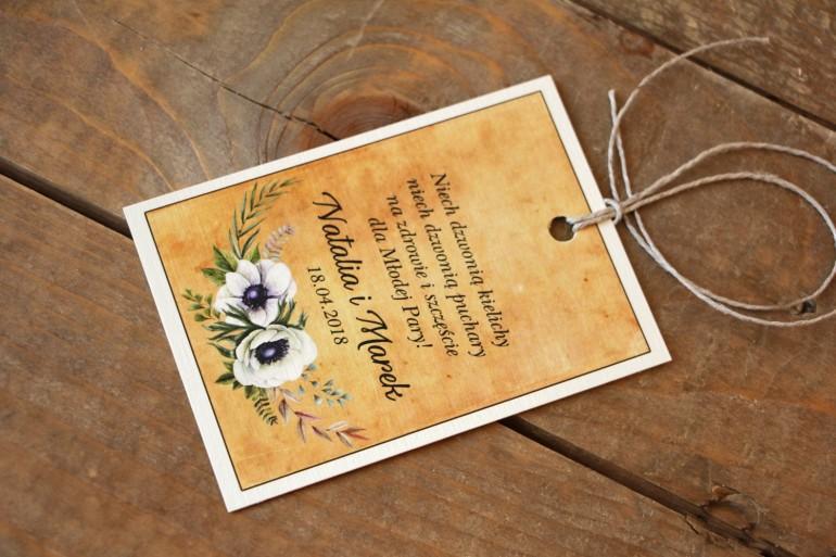 Rustykalne Ślubne zawieszki na butelki weselne z białymi zawilcami (anemonami) - Karmelowe nr 7