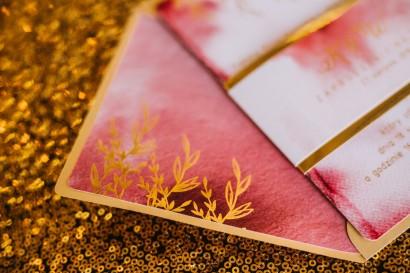 Złote Zaproszenia Ślubne, burgundowe, bordowe z owijką z papieru złotego lustrzanego - Kamira nr 1