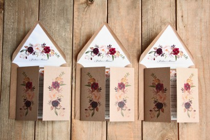 Ekologiczne, burgundowe zaproszenia ślubne z piwonią i różą z dodatkiem koloru bordowego i różowego