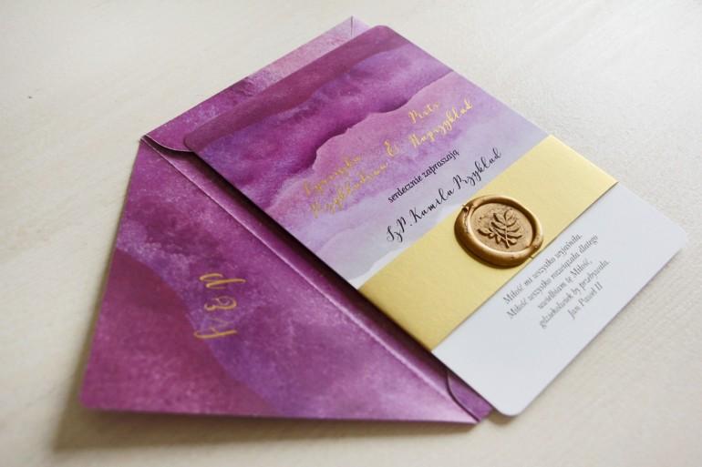 Fioletowe, purpurowe, akwarelowe zaproszenia ślubne ze stemplem lakowym i złoceniem