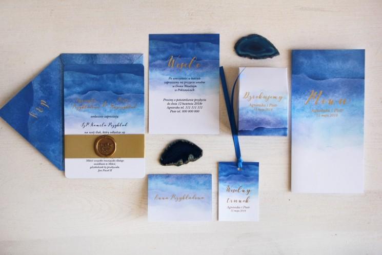 Niebieskie, akwarelowe zaproszenia ślubne ze stemplem lakowym i złoceniem