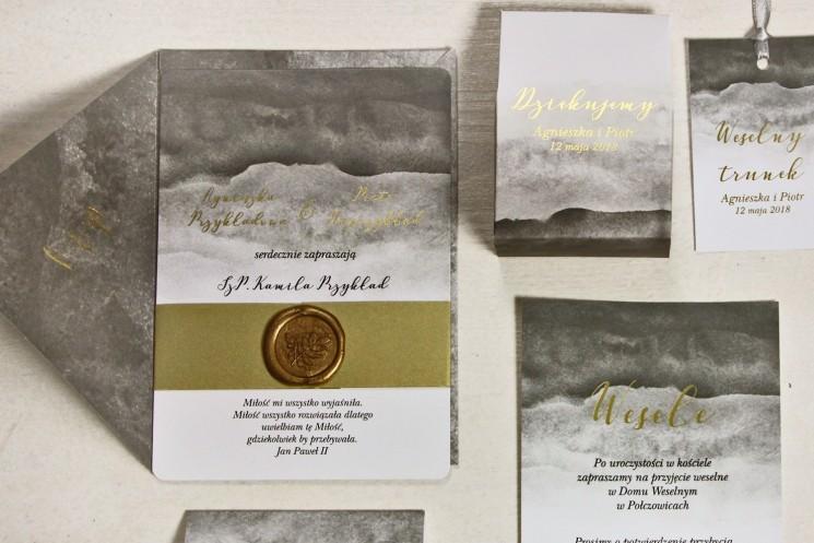 Szare, akwarelowe zaproszenia ślubne ze stemplem lakowym i złoceniem