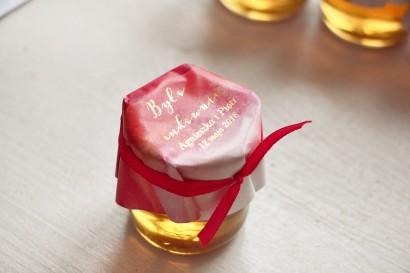 Słoiczek z miodem - podziękowanie dla gości weselnych. Czerwony, akwarelowy kapturek ze złoceniem