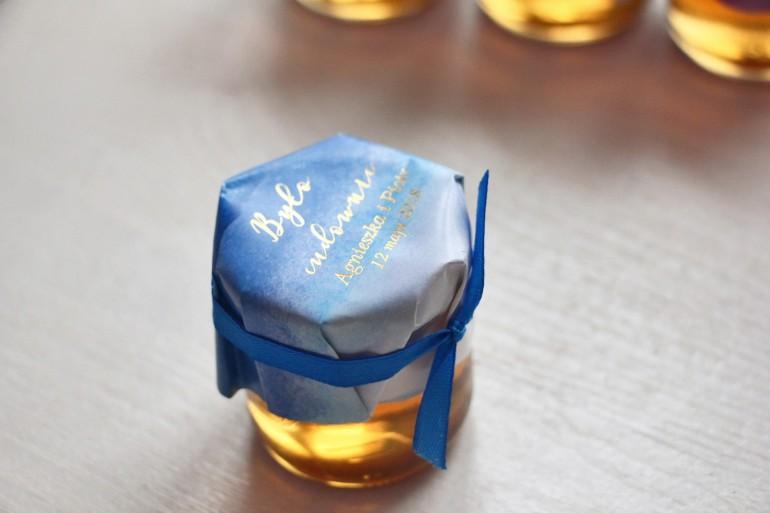 Słoiczek z miodem - podziękowanie dla gości weselnych. Niebieski, akwarelowy kapturek ze złoceniem