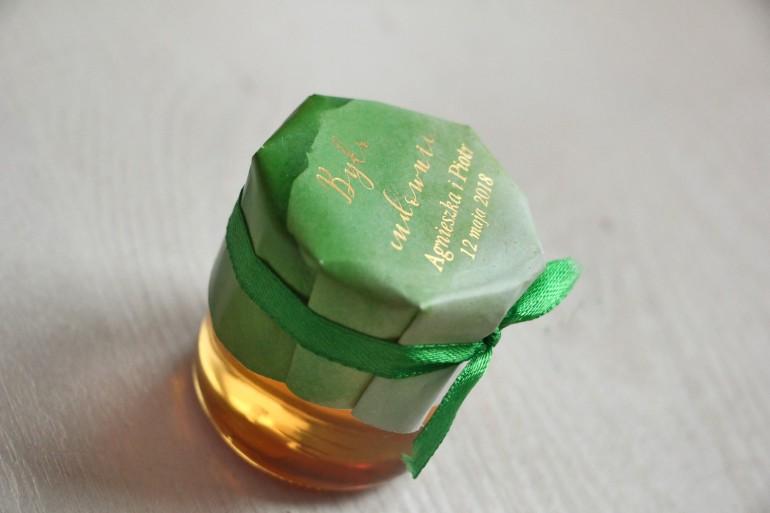 Słoiczek z miodem - podziękowanie dla gości weselnych. Zielony, akwarelowy kapturek ze złoceniem