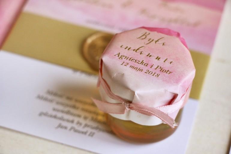 Słoiczek z miodem - podziękowanie dla gości weselnych. Różowy, akwarelowy kapturek ze złoceniem