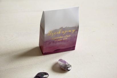 Fioletowe, akwarelowe pudełeczka ze złoceniem na słodkości dla gości weselnych. Podziękowania ślubne