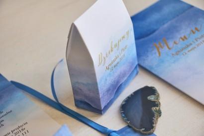 Niebieskie, akwarelowe pudełeczka ze złoceniem na słodkości dla gości weselnych. Podziękowania ślubne