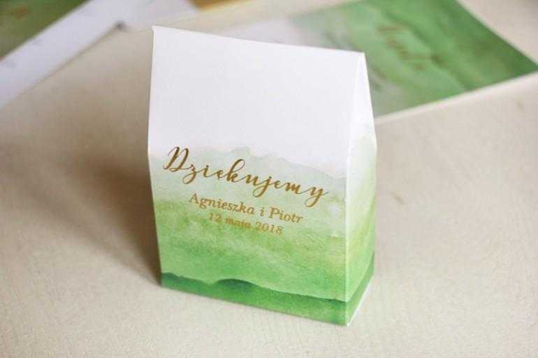 Zielone, akwarelowe pudełeczka ze złoceniem na słodkości dla gości weselnych. Podziękowania ślubne