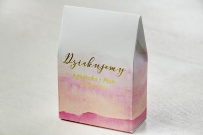 Różowe, akwarelowe pudełeczka ze złoceniem na słodkości dla gości weselnych. Podziękowania ślubne