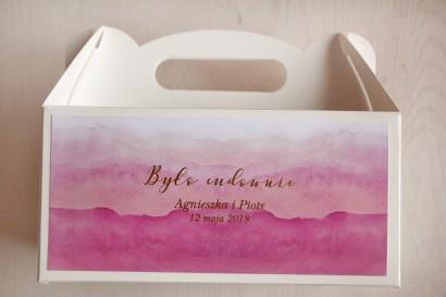 Różowe, akwarelowe pudełko na ciasto weselne ze złoceniem