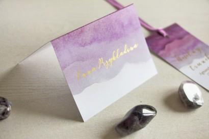 Fioletowe, akwarelowe winietki ślubne ze złoceniem. Wizytówki na stół weselny