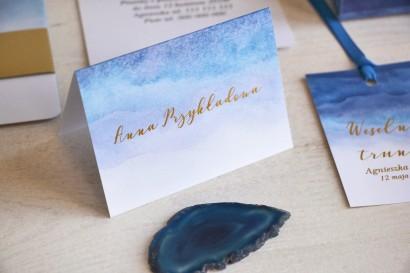 Niebieskie, akwarelowe winietki ślubne ze złoceniem. Wizytówki na stół weselny