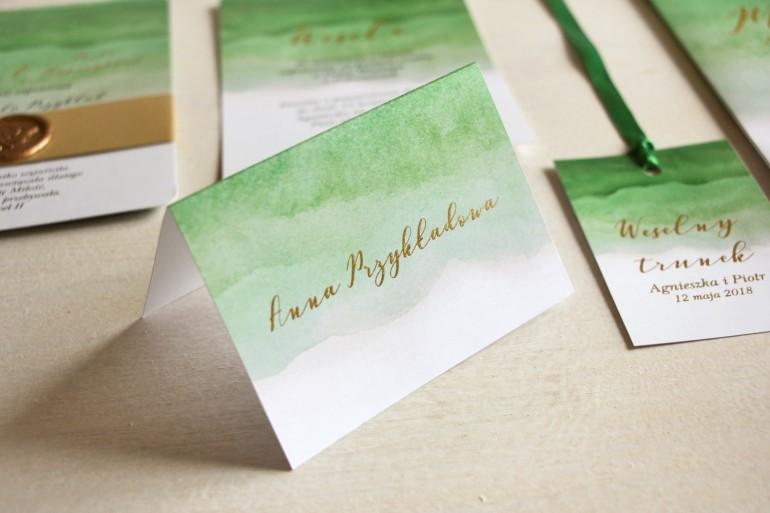 Zielone, akwarelowe winietki ślubne ze złoceniem. Wizytówki na stół weselny