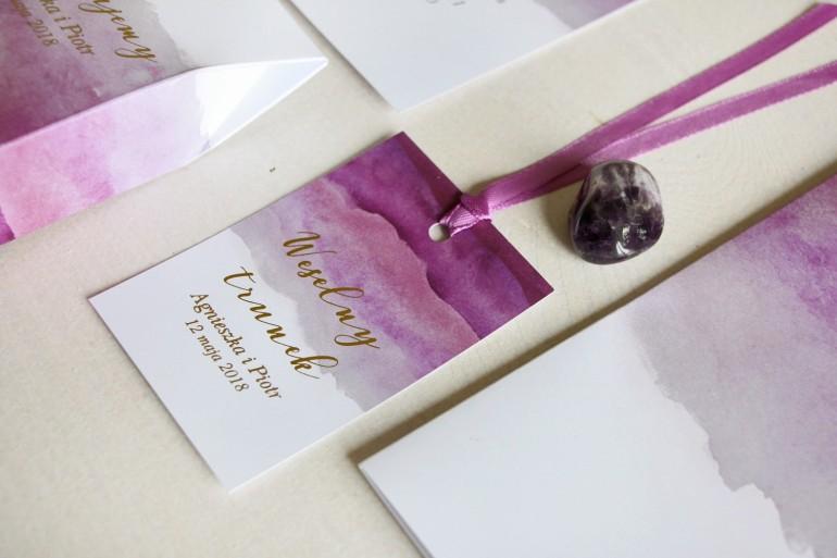 Fioletowe, akwarelowe zawieszki ze złoceniem na butelki weselne