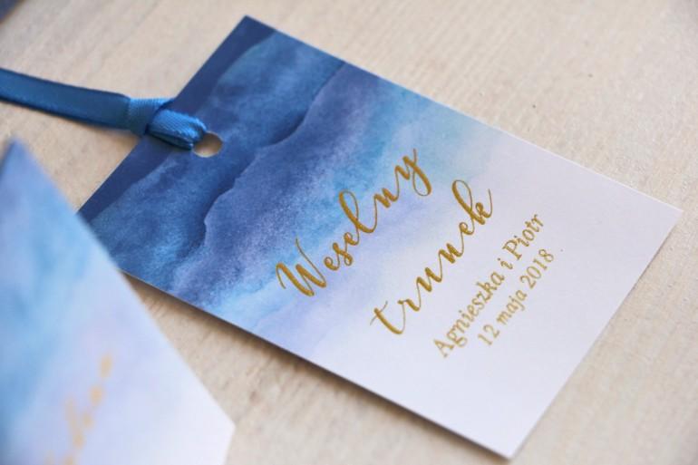 Niebieskie, akwarelowe zawieszki ze złoceniem na butelki weselne