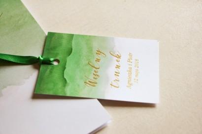 Zielone, akwarelowe zawieszki ze złoceniem na butelki weselne