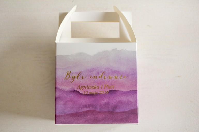 Fioletowe, akwarelowe kwadratowe pudełko na ciasto weselne ze złoceniem