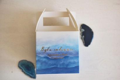 Niebieskie, akwarelowe, kwadratowe pudełko na ciasto weselne ze złoceniem