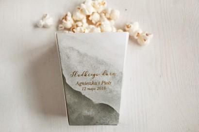 Szare, akwarelowe pudełko na popcorn lub inne słodkości dla gości weselnych. Podziękowanie dla gości weselnych, ślubnych.