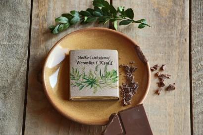 Podziękowanie dla gości weselnych w postaci mlecznej czekoladki, owijka z motywem greenry.
