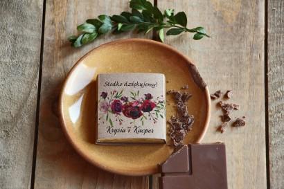 Podziękowanie dla gości weselnych w postaci mlecznej czekoladki, owijka z grafiką czerwonych róż.