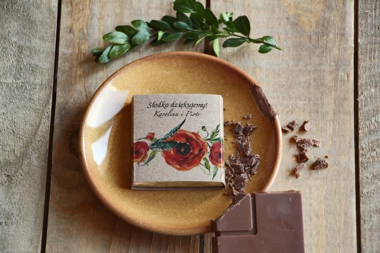 Podziękowanie dla gości weselnych w postaci mlecznej czekoladki, owijka z grafiką czerwonych maków