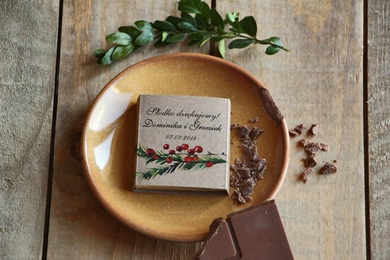 Podziękowanie dla gości weselnych w postaci mlecznej czekoladki, owijka z grafiką gałązek jarzębiny.