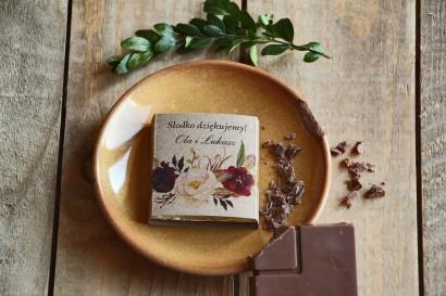 Podziękowanie dla gości weselnych w postaci mlecznej czekoladki, owijka z grafiką bordowych piwonii i róży.