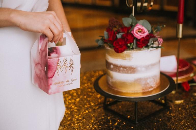 Kwadratowe pudełko na ciasto weselne ze złoceniem