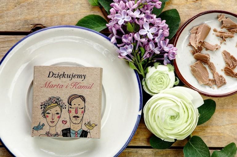 Podziękowanie dla gości weselnych w postaci mlecznej czekoladki, owijka z humorystycznym rysunkiem Pary Młodej