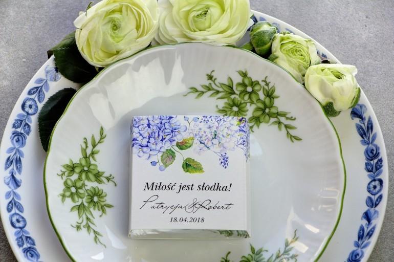 Podziękowanie dla gości weselnych w postaci mlecznej czekoladki, owijka z błękitnymi hortensjami