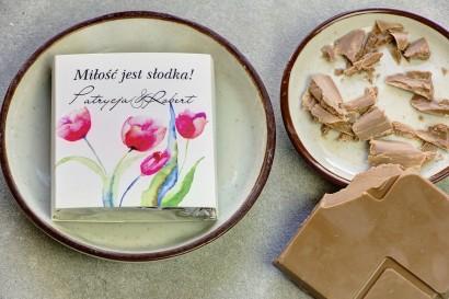 Podziękowanie dla gości weselnych w postaci mlecznej czekoladki, owijka z czerwonymi tulipanami