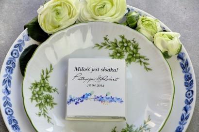 Podziękowanie dla gości weselnych w postaci mlecznej czekoladki, owijka z liśćmi w kolorze chabru