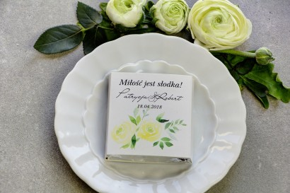 Podziękowanie dla gości weselnych w postaci mlecznej czekoladki, owijka z jasnożółtymi różami