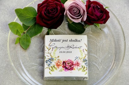 Podziękowanie dla gości weselnych w postaci mlecznej czekoladki, owijka z bordowymi i pudrowymi różami