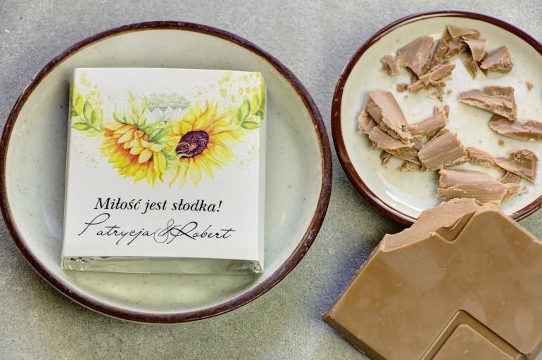 Podziękowanie dla gości weselnych w postaci mlecznej czekoladki, owijka z letnimi słonecznikami