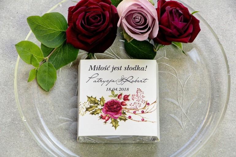 Podziękowanie dla gości weselnych w postaci mlecznej czekoladki, owijka z czerwonymi różami
