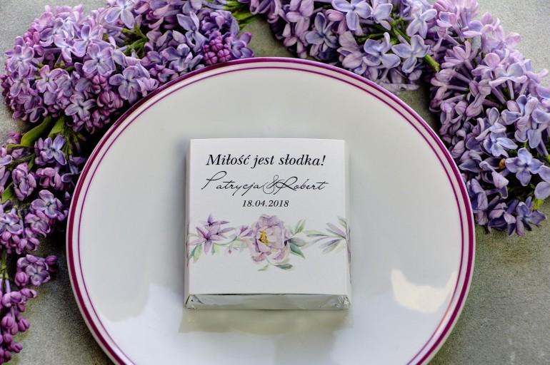 Podziękowanie dla gości weselnych w postaci mlecznej czekoladki, owijka z kwiatami bzu i peonii