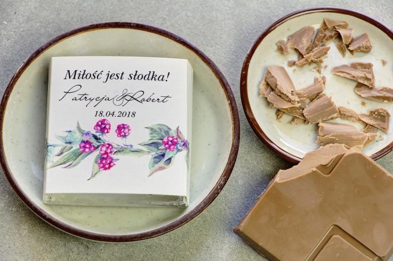 Podziękowanie dla gości weselnych w postaci mlecznej czekoladki, owijka z grafiką leśnych roślin z czerwonymi owocami jarzębiny