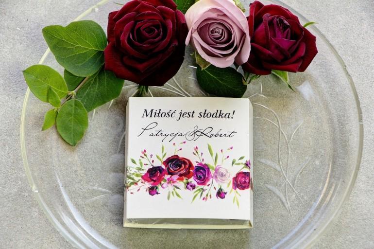 Podziękowanie dla gości weselnych w postaci mlecznej czekoladki, owijka z bordowymi różami i polną trawą