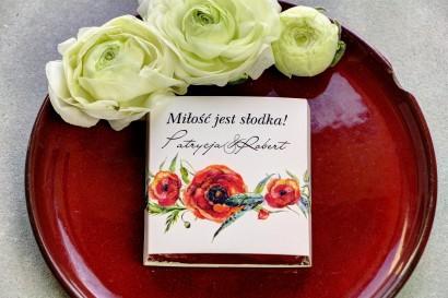 Podziękowanie dla gości weselnych w postaci mlecznej czekoladki, owijka z czerwonymi makami